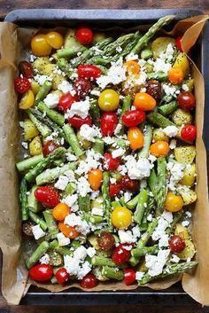 Ofenkartoffeln mit grünem Spargel, Tomaten und Feta. Dieses schnelle Ein Blech-…