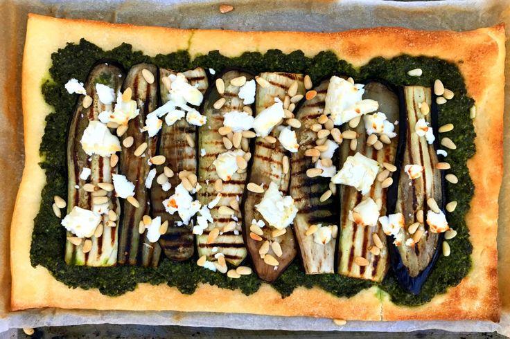 Dit is een fantastisch recept voor homemade pizza met boerenkoolpesto, aubergine en geitenkaas. Makkelijk en snel met vers pizzadeeg van Tante Fanny.