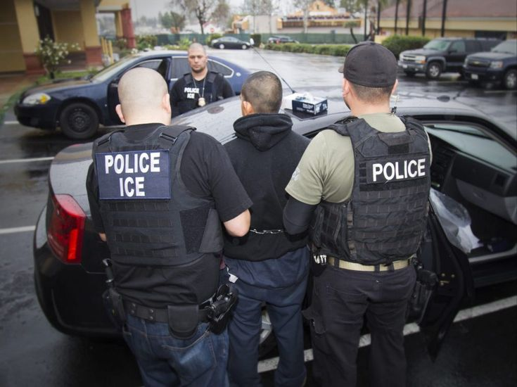 Funcionarios de ICE arrestan a un extranjero en Los Ángeles el 7 de febrero de 2017. (Charles Reed/U.S. Immigration and Customs Enforcement via AP)