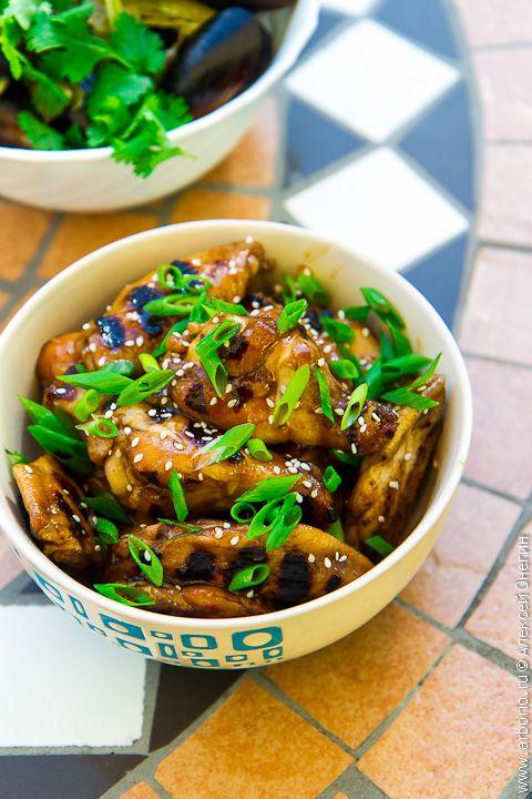 В этом рецепте устричный соус работает одновременно как маринад и как соус. Благодаря этому необычное блюдо с явным реверансом в сторону Юго-Восточной Азии, со всем ее богатством волнующих вкусов и одуряющих ароматов, отнимет у вас не так уж много времени.