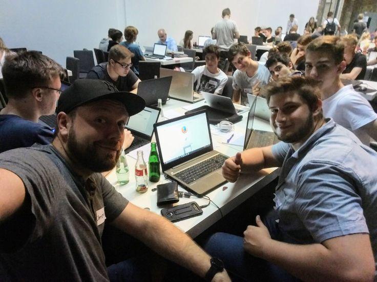 130 Jugendliche, unzählige Ideen beim Code+Design Camp Köln. Hier entsteht gerade mit UX Coach Christian von Sevenval ein eigenes Spiel!