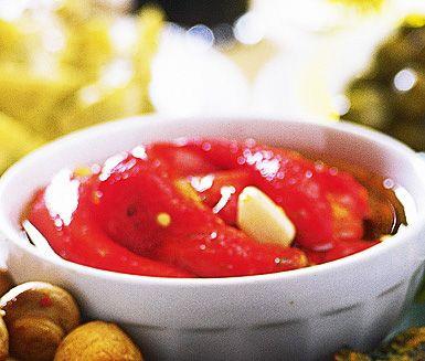 Denna smakrika, marinerade paprika gör du ett tag före servering då den blir godast om den får stå ett tag före den ska ätas. Lägg ner paprikan i en smakfull blandning av oregano, vitlök, olja och syrlig citron och låt den marinera. Supergott!