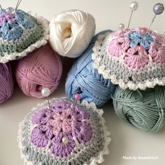Pin-cushion-of-african-flowers-by-BautaWitch free pattern pin cushion