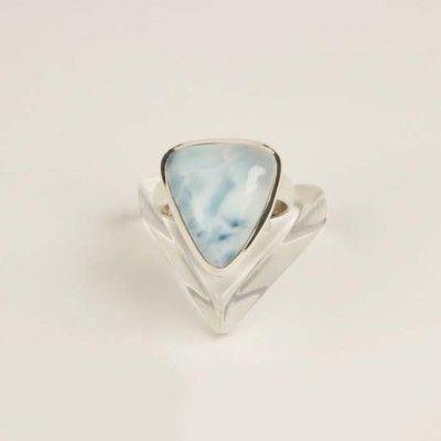 Η πέτρα Λαριμάρ ονομάζεται και»Πέτρα του Stefilia» είναι μία σπάνια μπλε ποικιλία pectolite και βρίσκεται μόνο στη Δομινικανή Δημοκρατία, στην Καραϊβική. Η πέτρα Λαριμάρ δένεται τόσο σε ασήμι όσο και με χρυσό, είναι αρκετά σπάνιο, ακριβό, και εξορύσσεται σε ένα μόνο ορυχείο παγκοσμίως.