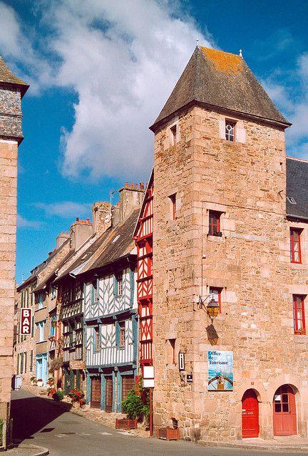Les vieilles maisons à colombage du centre historique de Tréguier dans les Côtes d'Armor. Bretagne.