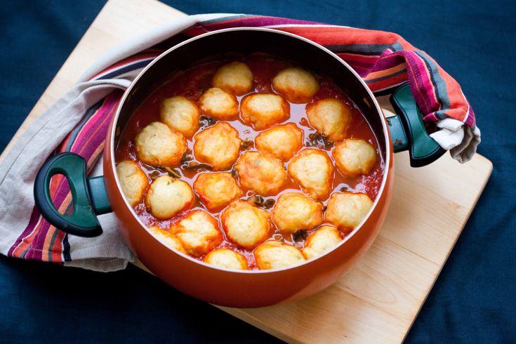 Pomidorowa zupa z jarmużem. Z dodatkiem kiełbasy i kluseczkami gotowanymi na wierzchu.