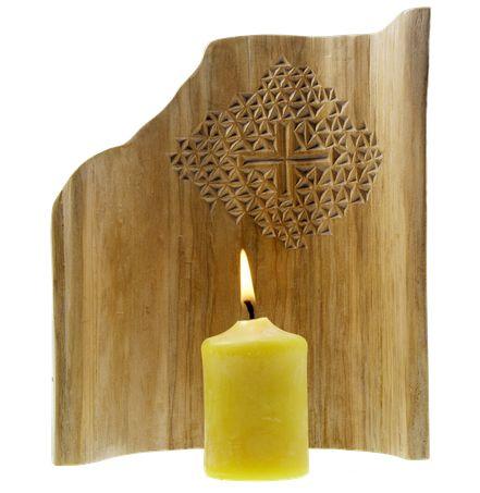 "Holz-""Mantel"" mit Kerze als kleiner Gebetsaltar"