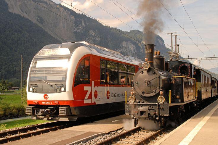 Incrocio tra la locomotiva a vapore G 3/4 ed il moderno elettrotreno gruppo 160 lungo la ferrovia del Brünig che collega Lucerna ad Interlaken Ost. La ferrovia, a scartamento metrico, comprende alcune tratte a cremagliera tipo Riggenbach. Brienzwiler, 19 agosto 2013 - (Foto: Riccardo Genova)