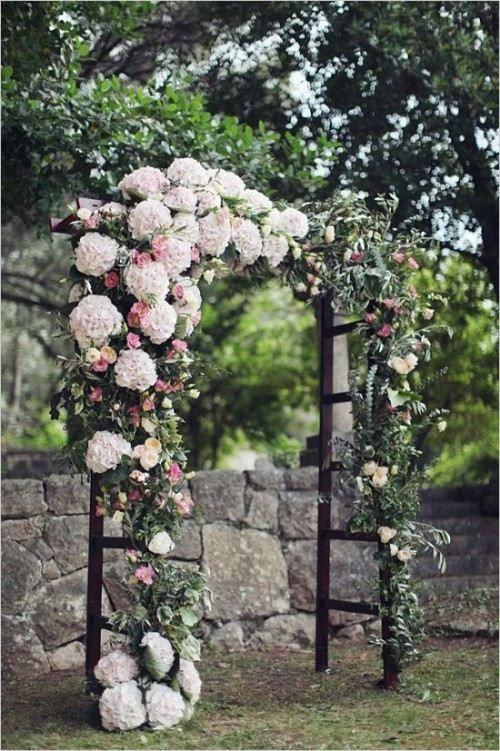Une belle arche de mariage avec une composition florale originale