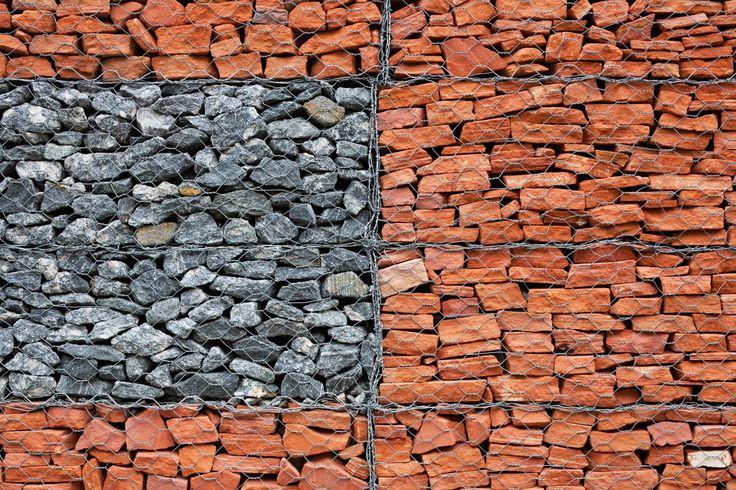 Galeria da Arquitetura | Casa Rex - As pedras empilhadas receberam a contenção de uma gaiola metálica