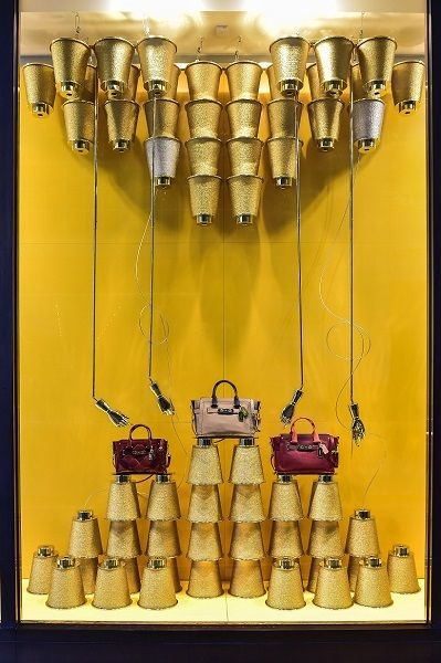 (A través de CASA REINAL) >>>>  Gold displays from China in Coach store windows - Retail Design World
