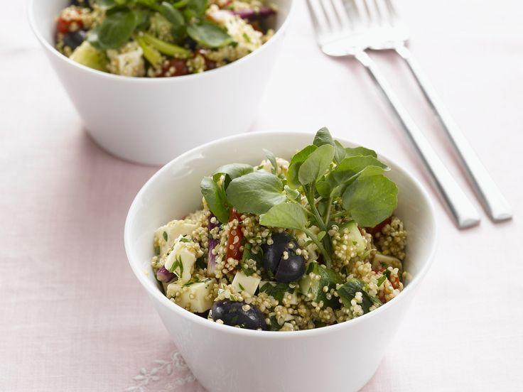Mediterran at its best! Quinoasalat mit Oliven und Schafskäse - smarter - Zeit: 30 Min. | eatsmarter.de