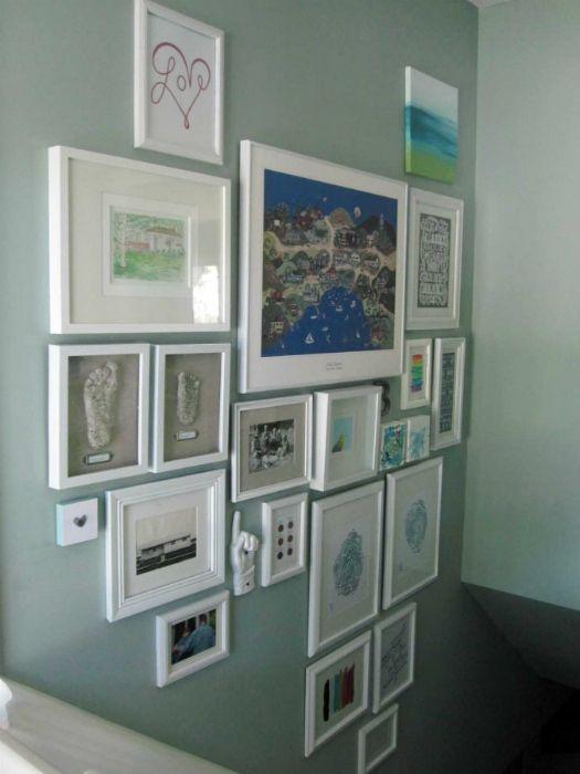 idéia para colocar quadros na parede da escada.