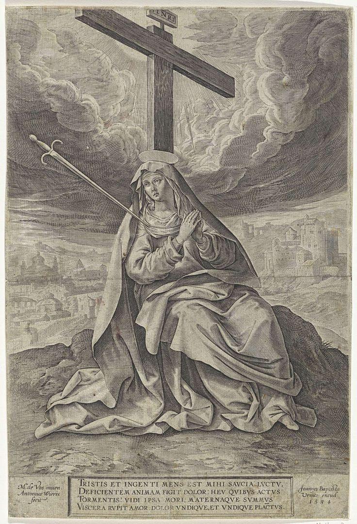 Antonie Wierix (II) | Maria als Mater Dolorosa, Antonie Wierix (II), Johannes Baptista Vrints (I), 1584 | Maria zit met een zwaard in haar borst aan de voet van het lege kruis. Stralen schijnen op haar vanuit de hemel. Op de achtergrond een gezicht op Jeruzalem. In het kader onder de voorstelling een vierregelig onderschrift in het Latijn.