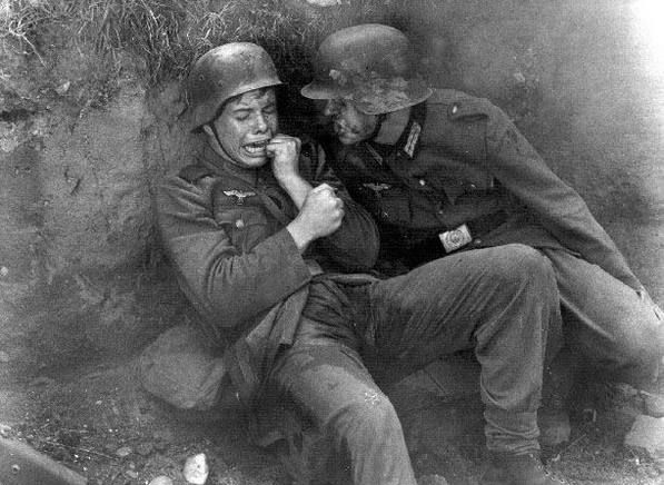 Pânico em preto e branco. Soldado ou não um menino é só um menino. German soldiers, date unknown.  The reality of War.  Many soldiers on both sides were little more than kids.