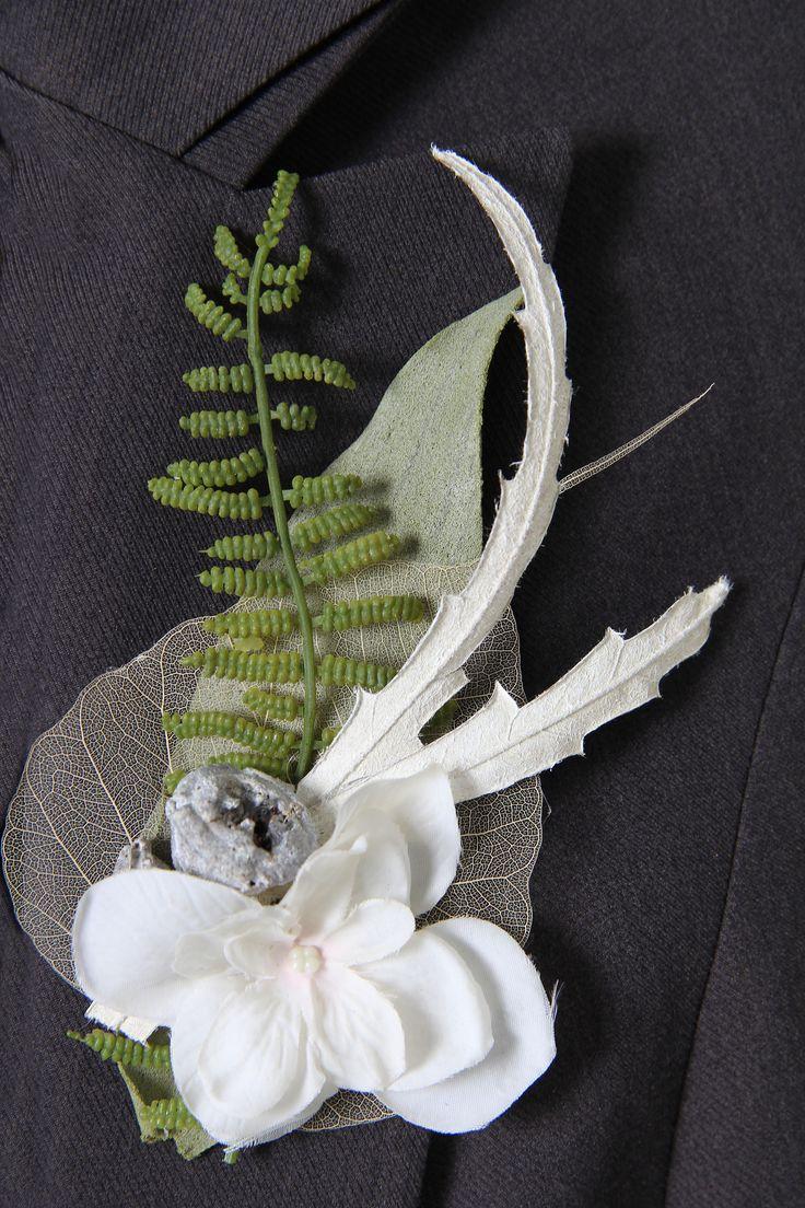 Corsage gemaakt met zijde bloemen,  Lang houdbaar en leuk om het te bewaren. Meerdere corsage verkrijgbaar op webshop www.decoratietakken.nl