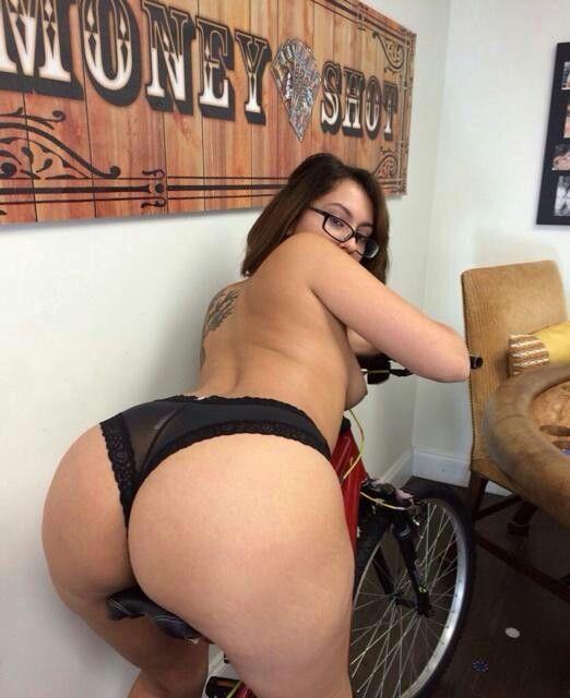 Fat Cam Chick masturbiert
