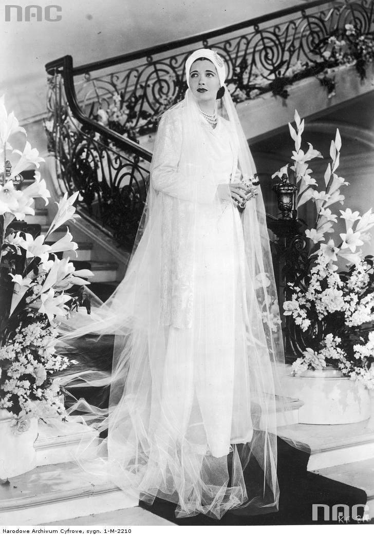 Aktorka filmowa Kay Francis prezentuje suknię ślubną, 1936