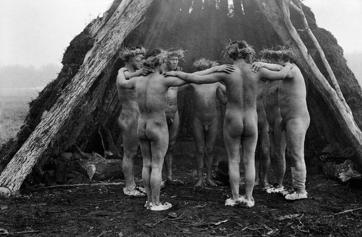 danza-de-los-hombres-en-la-choza-del-hain-fotografia-de-martin-gusinde