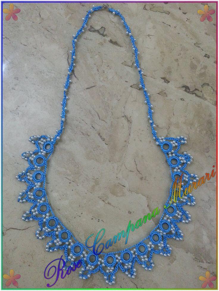 Colar em linha Susi, agulha 1,50mm de crochê e pérolas pequenas. Baseado em modelo da internet.