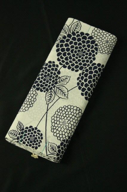 White yukata pattern cloth / 白地 藍色の菊花柄 浴衣地反物   #Kimono #Japan  http://global.rakuten.com/en/store/aiyama/