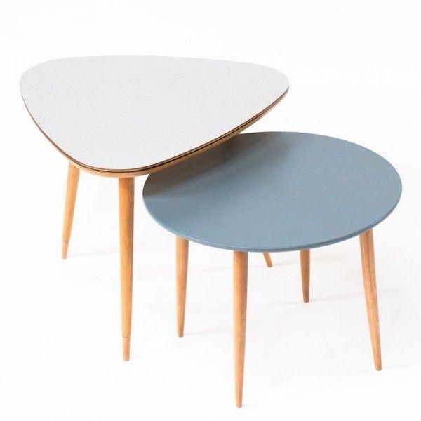 Table basse tripode en formica et pieds en bois.