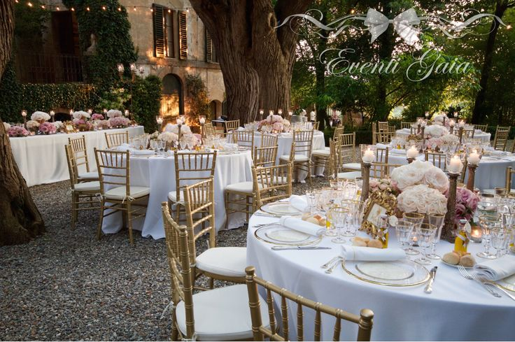 Wedding table set-up flowers candles gold chiavarina gold candelabra Gold & Pink Wedding #weddingitaly #weddingplanner #weddingplanneritaly #luxurywedding #tuscanwedding #weddings #gold #pink #peonies #roses #flowers