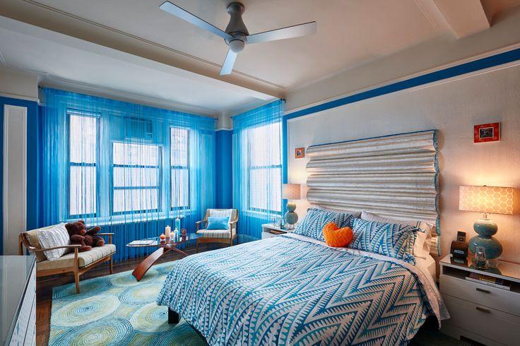 голубые шторы с нитями в спальне