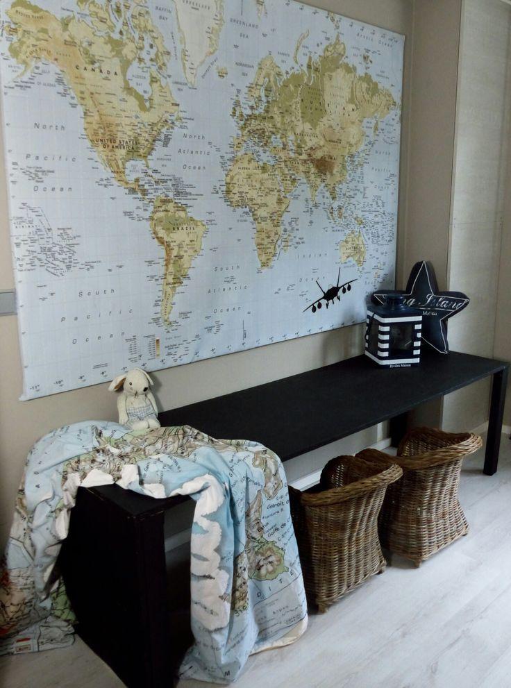 Zelfgemaakte bureau geverfd met schoolbordverf. Ideaal om op te krijten/stiften (zie andere foto) Jongenskamer worldmap landkaart chalk schoolbordverf riviera maison rattan stoer