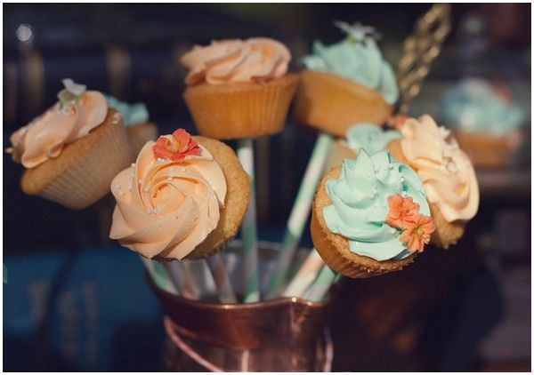 Mariage Brocante chic - Pêche et Menthe - Design et Papeterie : Dessine-moi une étoile - Pâtisseries : Cupcakes Made in Maison - Photography © Laetitia C