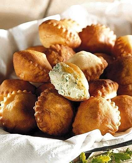 CALCIONI ~    Ingredienti:  farina,  strutto, uova, succo di un limone, sale, ricotta di pecora, prosciutto crudo in grosse fette, formaggio provolone piccante, prezzemolo, olio extravergine d'oliva, pepe bianco, sale. Per la preparazione vedere: https://www.facebook.com/photo.php?fbid=210378929151936&set=a.210358612487301.1073741828.210336982489464&type=1&theater