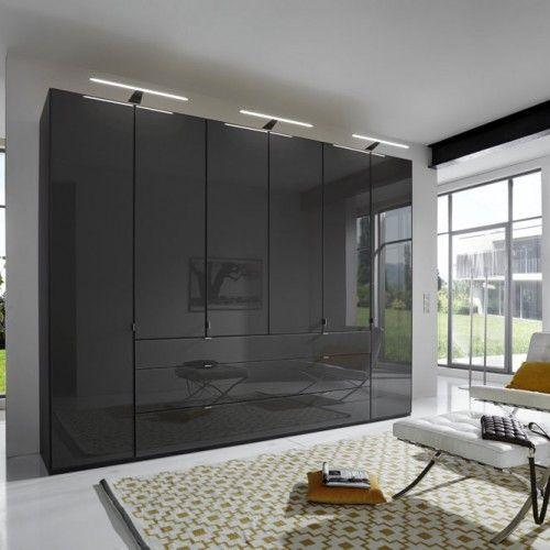 Из коллекции Dax & Wieman  Современный дизайн, металлическая окантовка дверей, покрытие шлайфлак, высокие металлические ножки и многое другое…  Шкаф 4 створки, кровать, 2 тумбочки, комод и зеркало.