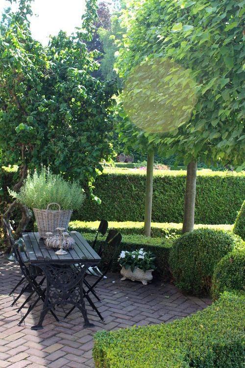 Such a lush, green spot for outdoor entertaining