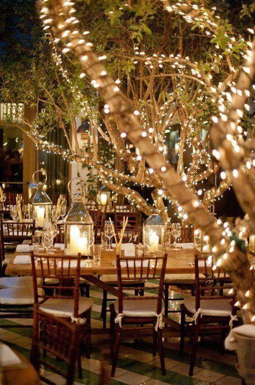 Muitas luzes preenchem o espaço e elevam a atmosfera do local, dando um toque sutil de aconchego e um glamour rústico e iluminado...