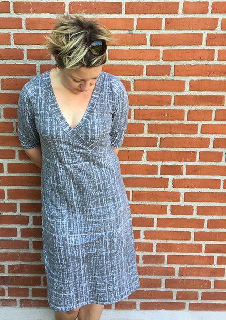 Den nemmeste design-ændring – eller mønster-hack – du kan lave med MariaDenmark Rachel slå-om kjolen (bortset fra at afkorte den, så den bliver en tunika eller en top) er at lave den til en kjole, der bare har slå-om effekt. Det betyder egentlig bare, at du laver en version uden bindebånd.