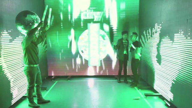 Panoramika desarrolló una instalación interactiva y multimedia para el lanzamiento de Dry Redd´s en Bogotá, Cali, Medellín y Barranquilla. Y entre las múltiples técnicas que utilizó encontramos mapping, luces, performance y el uso de sensores de movimiento.  http://panoramika.tv/portfolio/diseno-interactivo-dry-redds/
