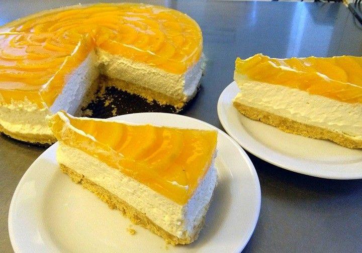 Újra elkészítettem, mert nagyon fincsi! :) :) Nem kell sütni és nincs vele sok macera! :) Barackos sajttortaHozzávalók:A torta alapja:25 dkg darált...