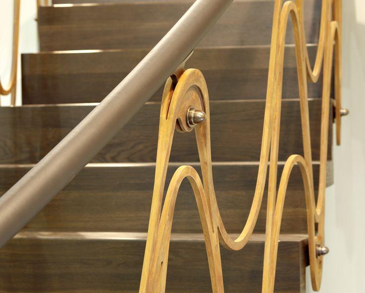 www.trabczynski.com Trąbczyński schody nowoczesne ST890 - Łukowe schody dywanowe wykonane z dębu wędzonego. Balustrada z cortenu i mosiądzu, pochwyt wykończany skórą. Projekt – TRĄBCZYŃSKI / Trabczynski Modern Stairs ST890 - Curved zigzag stair made of smoked oak. Balustrade of Corten steel and brass, handrail with leather cladding. Designed by TRĄBCZYŃSKI. #schody #schodynowoczesne #schodydywanowe #stairs #modernstairs #corten #leather