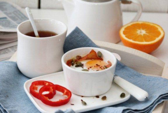 Egg i kopp med tomat, ost og spekeskinke