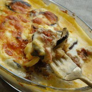 ムサカはエジプトやギリシャなどの伝統的な野菜料理です。揚げなすやひき肉、ホワイトソースなどを層にして焼くのが一般的で、チーズやパン粉が乗ることもあります。グラタンやラザニアのようですね!今回はこのムサカの作り方をご紹介します。定番はなすですが、冬野菜を使ったアレンジもおいしいですよ♪