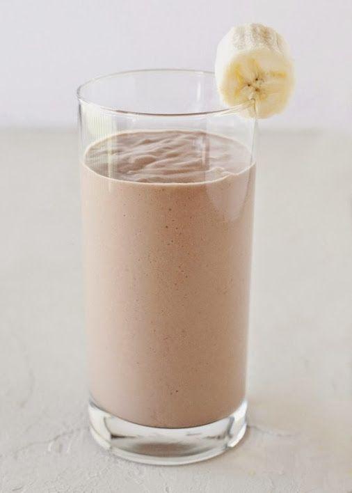 ШОКОЛАДНО-БАНАНОВЫЙ МИНДАЛЬНЫЙ СМУЗИ! Питательный смузи на завтрак - яркий, насыщенный, вкусный! Готовим напиток на основе миндального молока, меняем ингредиенты и получаем каждый день новый отличный напиток на завтрак!  Ингредиенты: 1 чашка шоколадного миндального молока  2 столовые ложки арахисового масла  1/4 авокадо  1 столовая ложка меда  1 чайная ложка кокосового масла  1/2 замороженного банана  Инструкция: смешайте все ингредиенты и украсьте кусочком банана.  Рецепт МИНДАЛЬНОГО МОЛОКА…