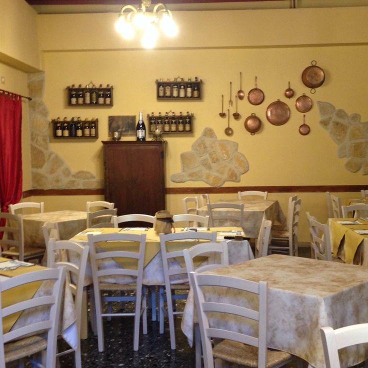 """Arredo Ristorante """"Osteria Cacio e Pepe"""" a terni. Sedie bianche sedile paglia e tavoli 4 gambe. www.mobilificiomaieron.it - 0433775330 - https://www.facebook.com/pages/Arredamenti-Pub-Pizzerie-Ristoranti-Maieron/263620513820232"""
