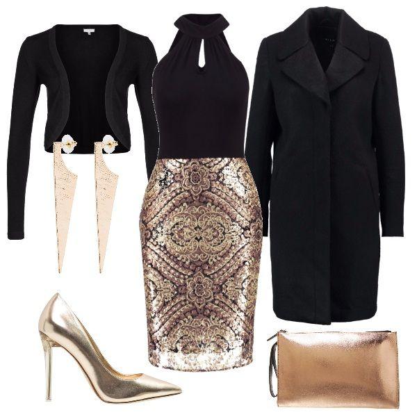 Outfit per una cerimonia o una serata importante: vestito con corpetto nero e gonna dalla fantasia dorata, coprispalle nero, cappotto dal taglio classico nero, décolleté dorate, pochette dorata e orecchini lunghi stilizzati.