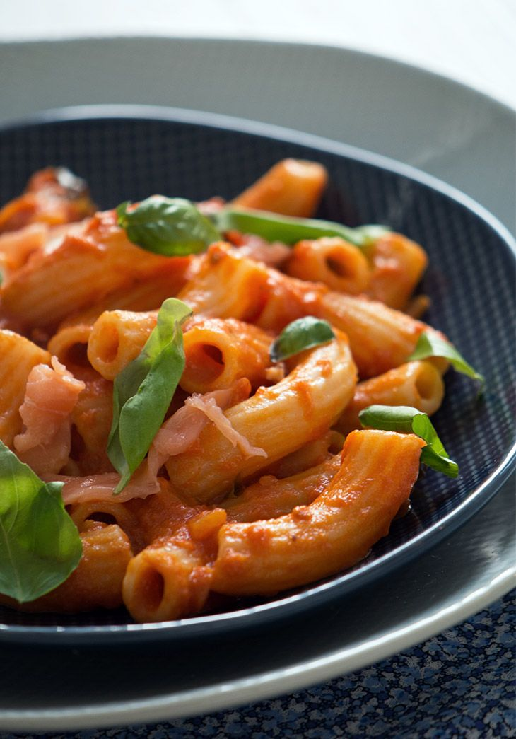 En hurtig og super lækker opskrift på pasta med en cremet tomatflødesauce røget…