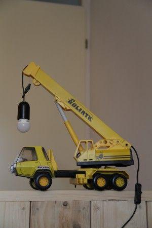 Nachtlamp van een kraanwagen geknutseld voor op een jongenskamer. Ontleend aan een soortgelijk voorbeeld gezien op welke.