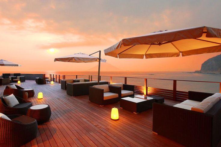 青い海、新鮮な魚、心を癒してくれる夕日…。そんな条件を満たすロマンチックなホテルに泊まれたら夢のようですよね!都心から車で1時間半。美味しい魚の宝庫、千葉の南房総にある「ゆうみ」は2015年3月にオープンして以来、美しい夕日が見られるリゾートホテルとして常に賑わっている人気のお宿です。客室、お風呂、テラス、どこも最高のロケーション!どっぷり夕日に浸れるロマンチックな「ゆうみ」をお届けしましょう。