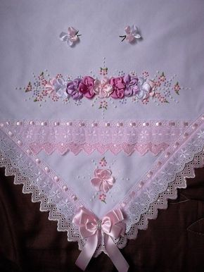 manta de pique,forrada em malha,bordado em fita de cetim.  medidas 80x80 cm  cores da manta disponível (sujeito a confirmação) branco,rosa,palha,azul.  as cores das flores e do bordado ingles a escolha do cliente