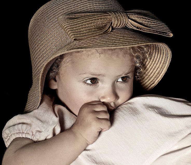 Lille lækker og meget genert pige - med en skøn Phistermedister hat og kjole på <3
