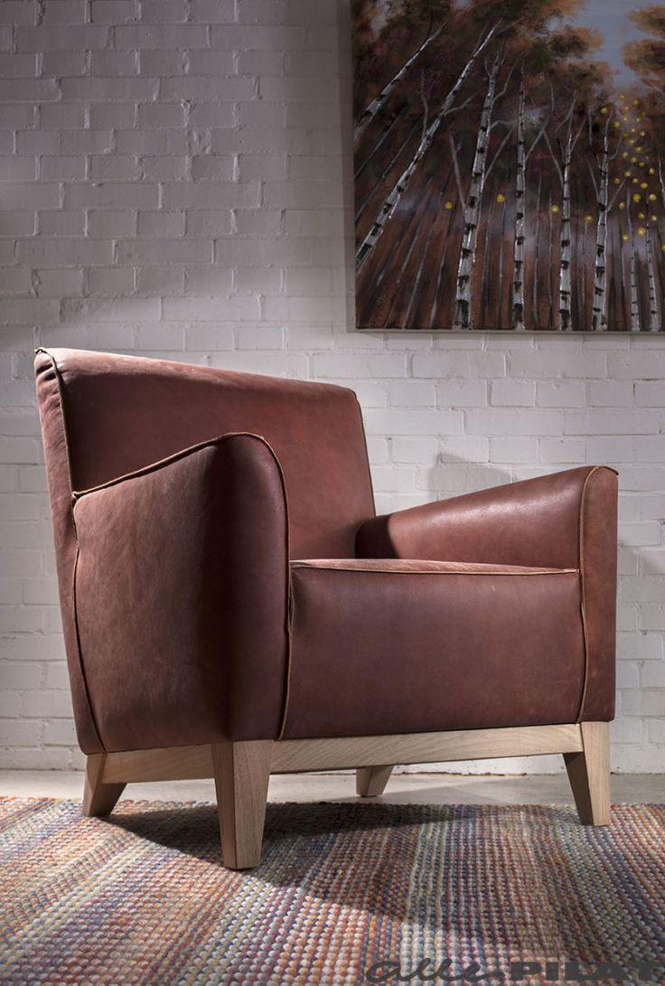 Fauteuil Sting is een ruime en comfortabele fauteuil met een houten frame. Stoer en toch ook tijdloos - Woonwinkel Alle Pilat
