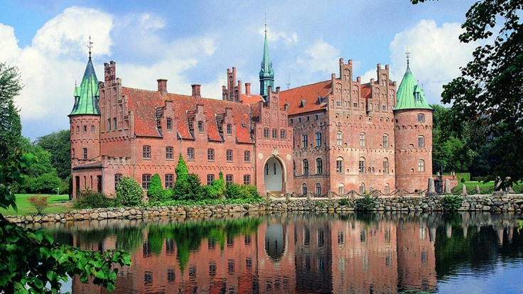 The beautiful Egeskov Castle has just been awarded European Garden Award 2012 #gardens #castles #funen
